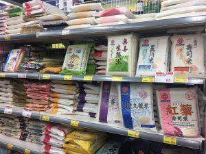 台湾のスーパーでは沢山のお米が売られています。